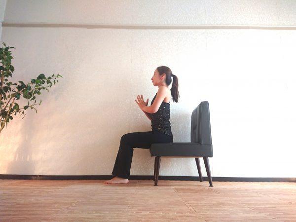 座ったまま簡単♪目覚めスッキリ「椅子ヨガで大陽礼拝」