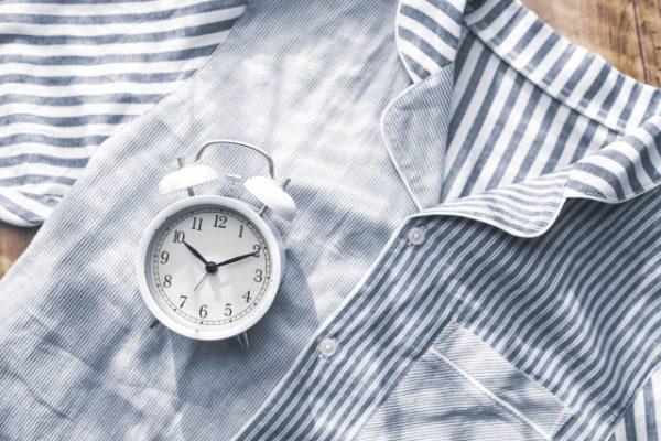 パジャマと目覚まし時計