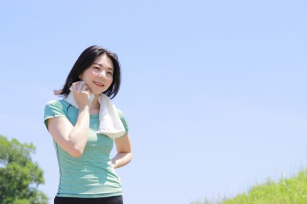 公園で運動する女性