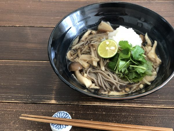食欲の秋!食べ過ぎで疲れた胃を助ける「たっぷりきのこのみぞれ蕎麦」 by:料理家 齋藤菜々子さん