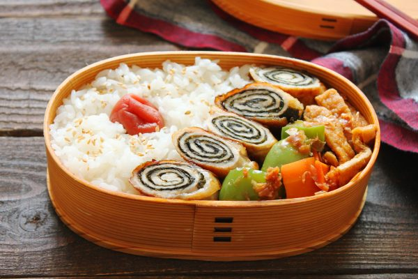 ぐるぐるが可愛い♪簡単「のり巻き豚」「揚げと野菜のレンジ煮浸し」2品弁当