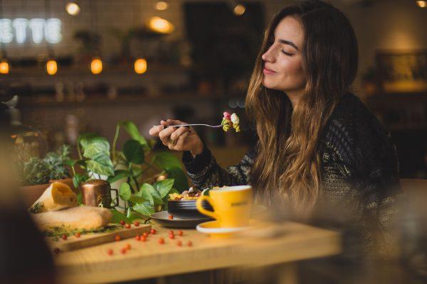 ごはんを食べる女性
