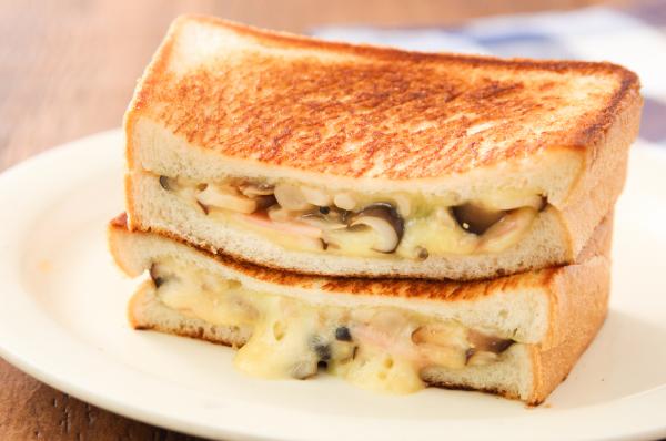 フライパン+食パンで簡単!「きのことベーコンのホットサンド」