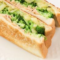 カリカリ食感がたまらない!フライパンで簡単「ブロッコリーとツナのホットサンド」