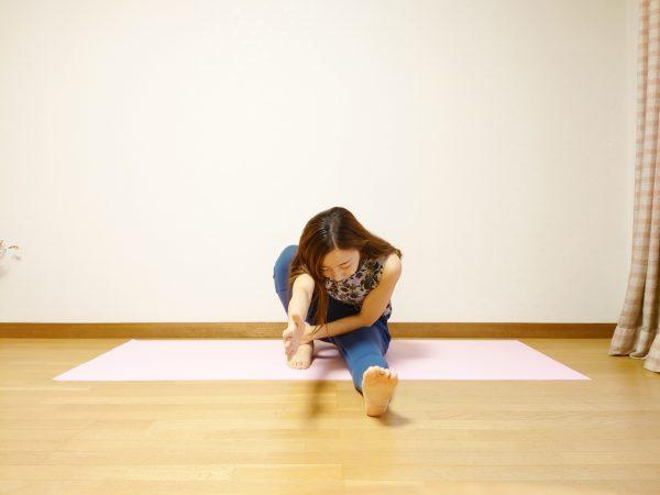 美しい背中のラインを作る!タオルを使って簡単「マリーチのポーズ」