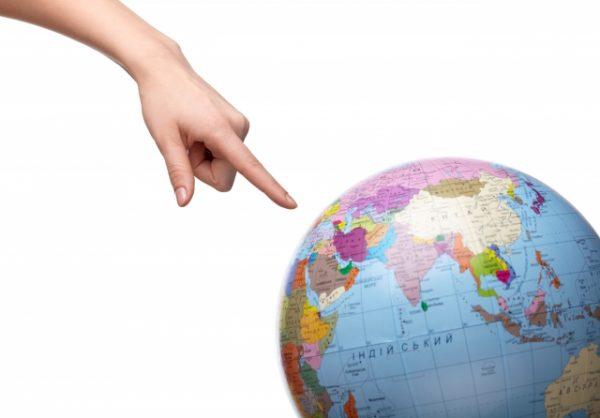 地球儀を指す指