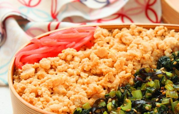 レンジと同時進行で時短!鶏たま&小松菜の「そぼろ弁当」