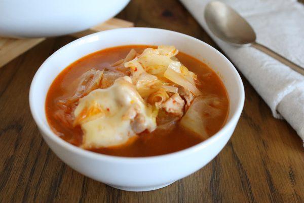 特別な調味料を使わず簡単!キムチとチーズの「タッカルビ風スープ」