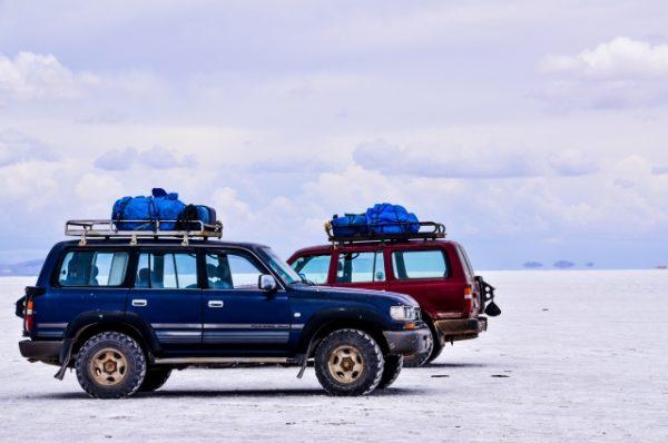ウユニ塩湖とジープ