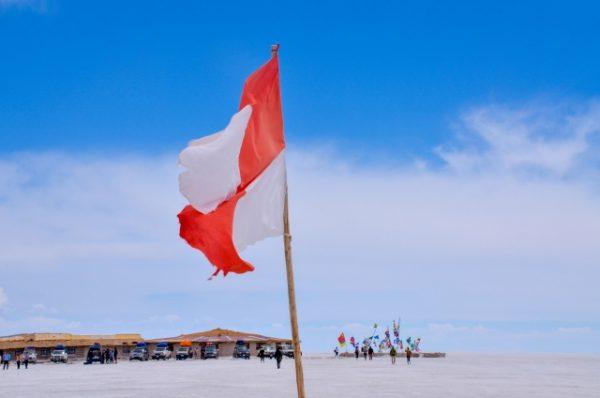 ウユニ塩湖と国旗