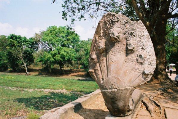 ベンメリア遺跡に立つナーガ