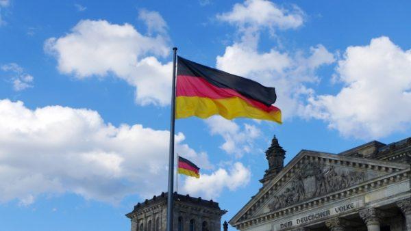ドイツの旗と国会議事堂