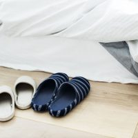 毛布は掛け布団の上?下?保温効果がアップする寝具の使い方