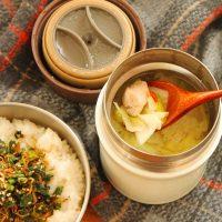 出汁いらずで簡単!「白菜漬と鶏肉のスープ」「春菊の生ふりかけご飯」2品弁当