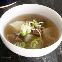鍋に入れて煮るだけ!簡単「大根と牛肉のスープ」