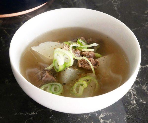 鍋に入れて煮るだけ!大根と牛肉のスープ