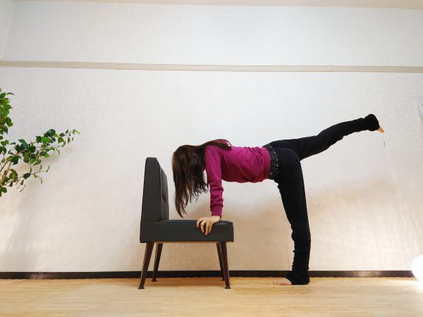 椅子で簡単「片足上げ前屈&トレーニング」
