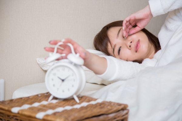 朝寝坊する女性