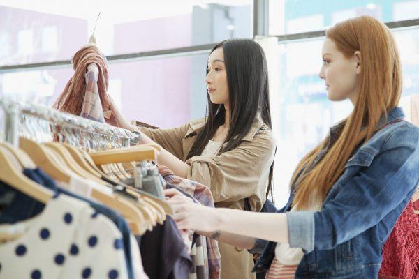 洋服のショッピングを楽しむ女性