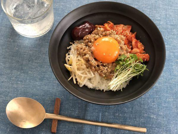 レンジで簡単!具材をのせて混ぜるだけ「納豆ビビンバ」 by:料理家 齋藤菜々子さん