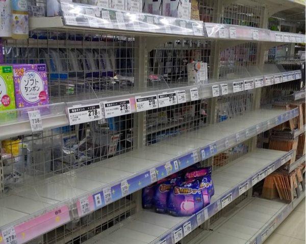 コロナ禍で空っぽのスーパーの棚