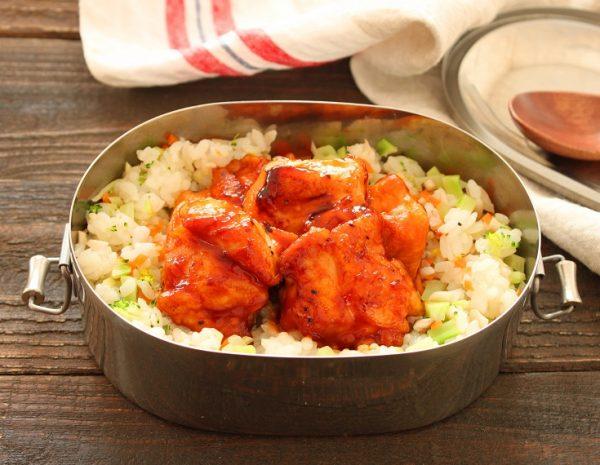 大人も子供も喜ぶ!「鶏肉のケチャップ照り焼き」「レンジ野菜ピラフ」2品弁当