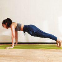 痩せやすい冬こそ実行あるのみ!お腹を凹ませる「立位前屈とプランク」
