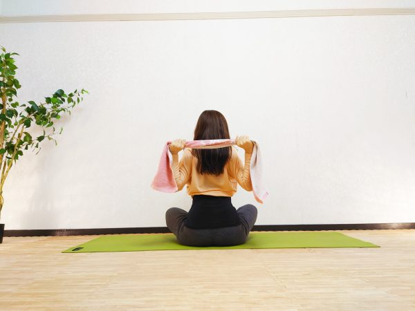 タオルを使って簡単♪猫背&肩こりを解消する「肩甲骨体操」