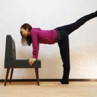 足のむくみ解消&ヒップアップ!椅子で簡単「片足上げ前屈&トレーニング」