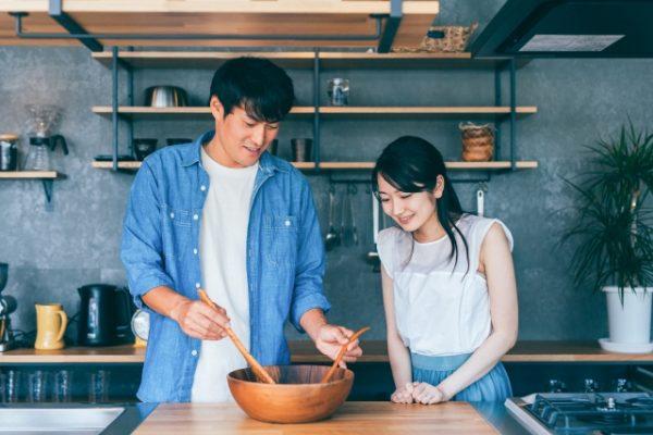 帰宅後に料理するカップル