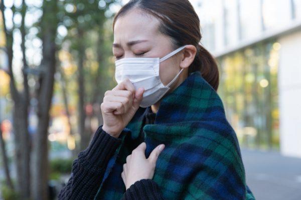 「咳が出る」は何と言う?風邪の症状をあらわす英語6選