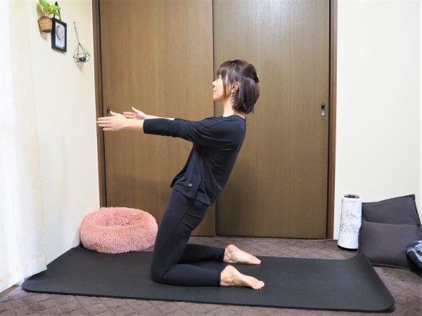【お腹に縦線プロジェクト】体幹にアプローチして引き締める「ひざ立ち上体倒し」
