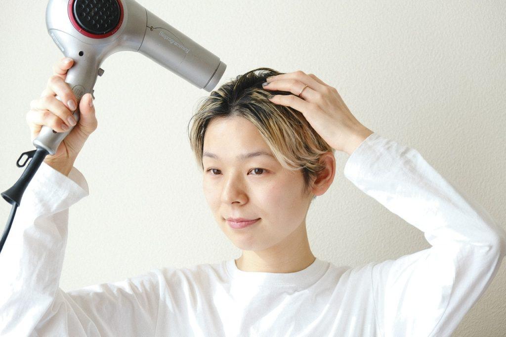 ドライヤーで髪を乾かす森本さん