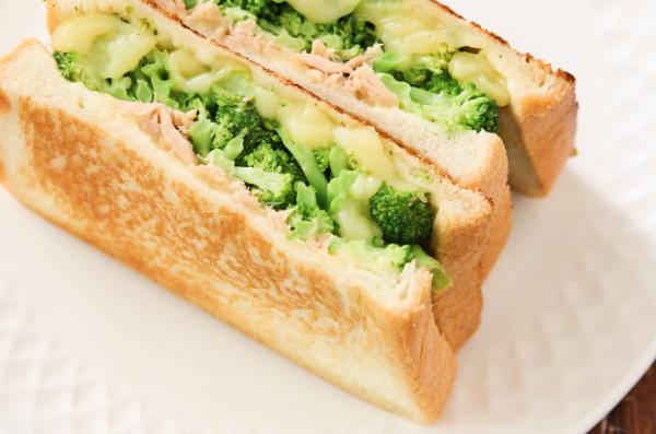 カリカリ食感がたまらない!フライパンで簡単「ブロッコリーとツナのホットサンド」by五十嵐ゆかりさん