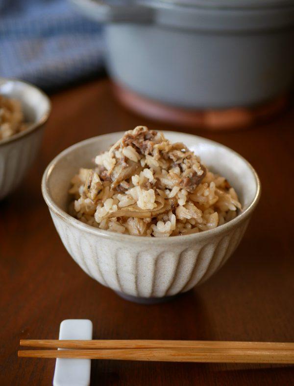 混ぜて、のせて、炊くだけ!炒めず絶品「牛ごぼうの炊き込みご飯」