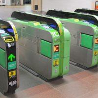 「自動改札機」英語では何と言う?