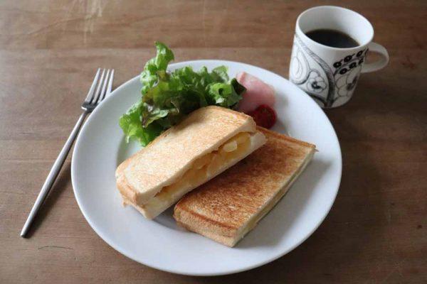 朝はパンとコーヒー
