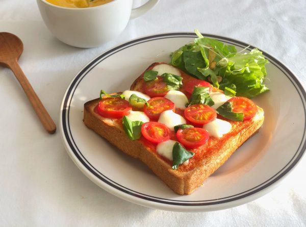 5分で簡単!トマトをのせてトースターで焼くだけ「マルゲリータトースト」 by:料理家 齋藤菜々子さん