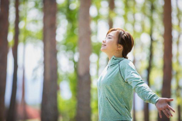 外で深呼吸する女性