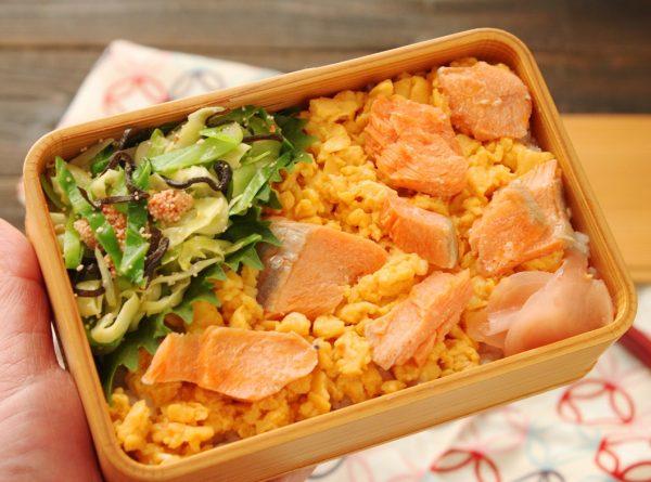 お寿司なのに簡単!「塩鮭と炒り卵のお寿司」「明太キャベツ」2品弁当