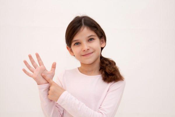 6のポーズをする外国人の女の子