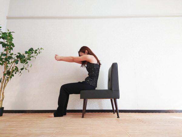 胸をゆるめて不安を和らげる。肩こりにも効く「1分椅子ヨガ」