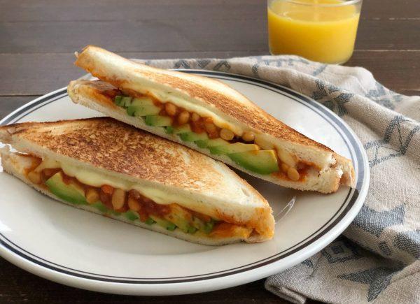 フライパンで完成!焼き時間3分「とろけるチーズのサルサホットサンド」 by:料理家 齋藤菜々子さん