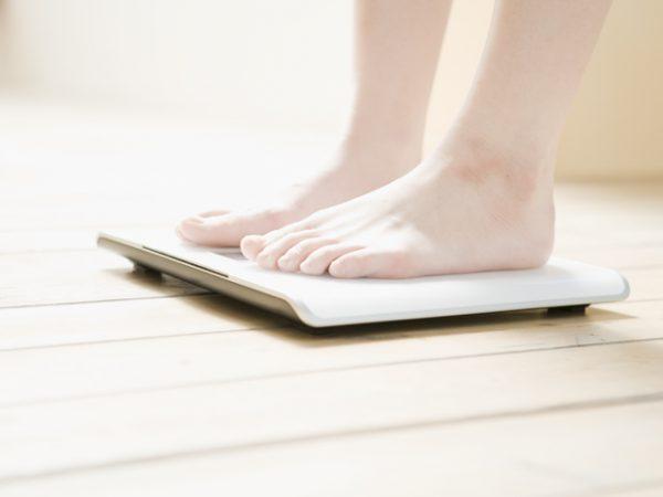 体重を計る足