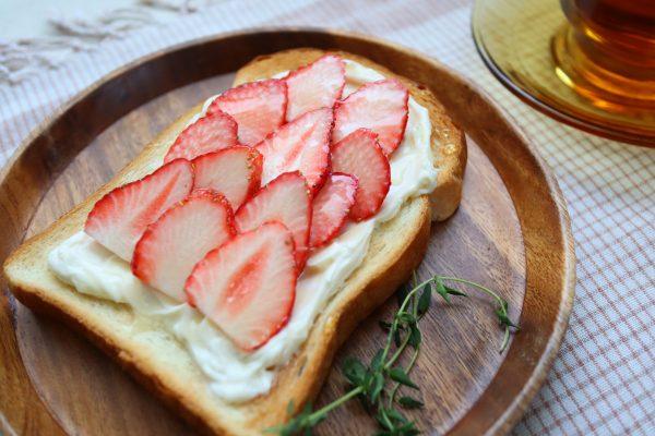 甘酸っぱいスイーツみたい♪簡単「いちごのチーズケーキ風トースト」