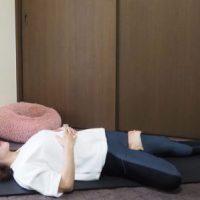 朝から気持ちよくキレイになる!仰向けでひざを開く「股関節ストレッチ」