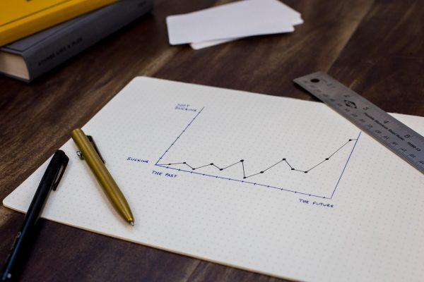 デスクの上のノート、チャート
