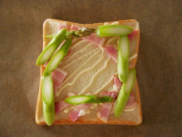 食パンにのせて焼くだけ!簡単「アスパラのカルボナーラ風トースト」
