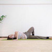 """""""巻き肩""""を改善して肩こり・腰痛を予防!寝たまま簡単「大胸筋ストレッチ」"""