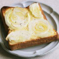 のせて焼くだけでこの甘さ!いつもの食パンで簡単「新玉ねぎトースト」